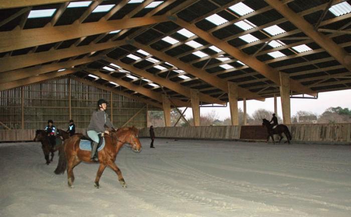 Le nouveau manège couvert 20x40m à la Ferme Equestre du domaine Mané Guernehué