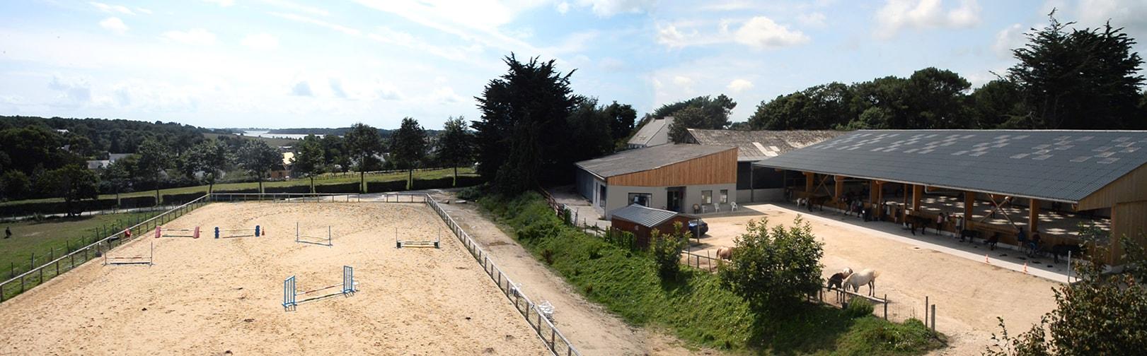 Centre équestre structures manège couvert carrière saut d'obstacles Golfe du Morbihan Baden