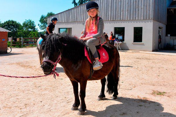 Promenade à poney pour les jeunes enfants