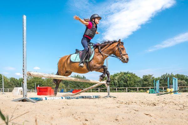 Stage d'équitation au centre équestre Mané Guernehué saut d'obstacle