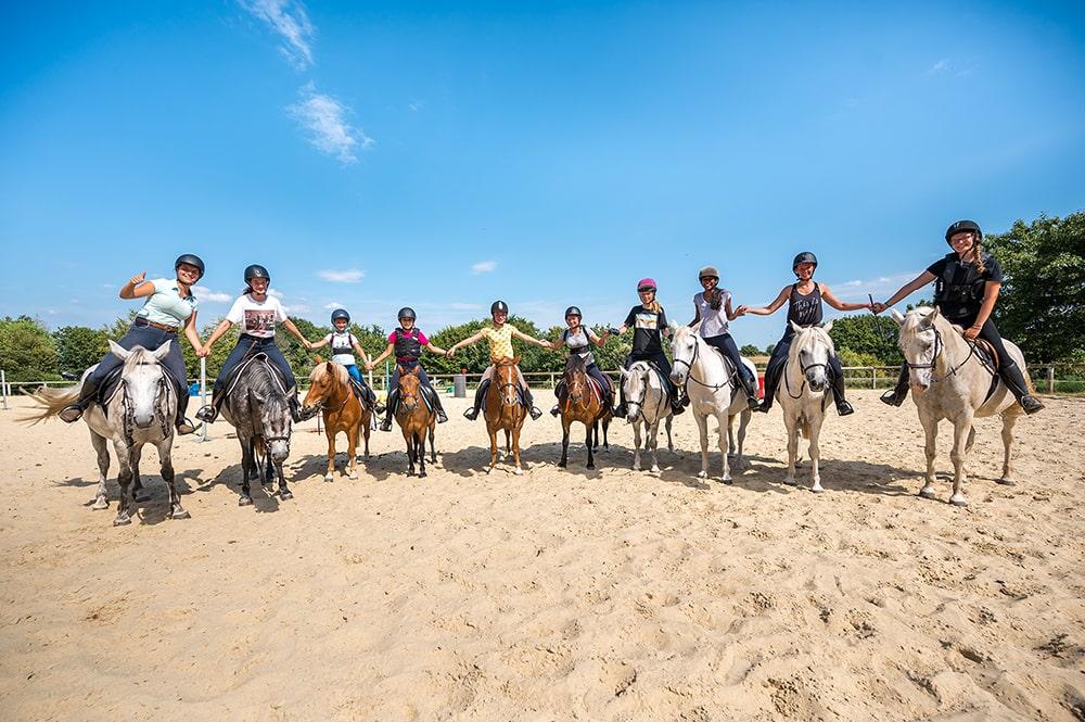 Groupe en stage d'équitation © Mathieu ESNAULT Morbihan Tourisme