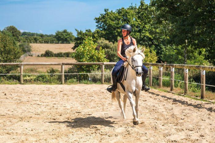 Équitation dans le manège © Mathieu ESNAULT Morbihan Tourisme