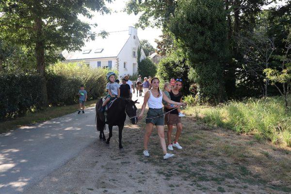 Promenade en main à poney pour les plus jeunes