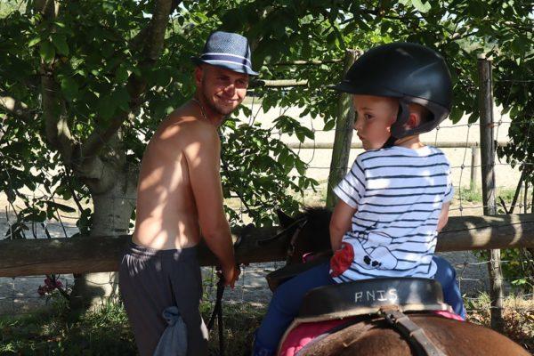 Première balade à poney accompagnée par les parents